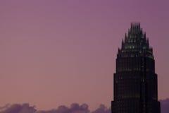 Oberseite eines Wolkenkratzers Charlotte-NC an der Dämmerung Stockbilder