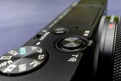 Oberseiteansicht einer schwarzen Kompaktkamera, schief zur Rückseite, mit niedriger Schärfentiefe stockbild