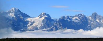Oberseiten der schneebedeckten Berge von der Schweiz Lizenzfreie Stockfotos