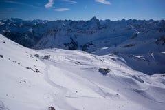 Oberstdorf bergöverkant i ny snö för vinter royaltyfri fotografi