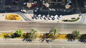 Oberste hohe Ansicht von Stadtautos und -straßen an einem sonnigen Tag stock video