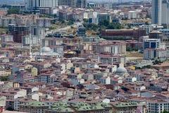 Oberste städtische Ansicht von Loshäusern in Istanbul-Stadt, die Türkei Gedrängte rote Dächer und Moschee Stockfotografie