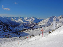Obertauern en las montañas con una opinión hermosa sobre las montañas, Austria 2015 del panorama Imagen de archivo libre de regalías