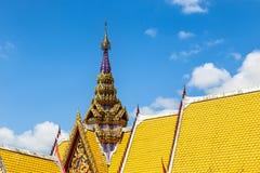 Oberteil der Architektur des thailändischen Tempeldachs Lizenzfreies Stockfoto