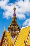Oberteil der Architektur des thailändischen Tempeldachs Stockfotos