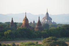 Oberteile alte buddhistische Tempel an einem Abend schikanieren Bagan, Myanmar Stockfoto
