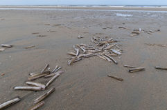 Oberteile auf einem leeren Strand Stockfotos