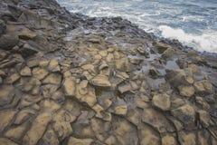Oberteile der Basaltsäulen auf den Klippen von Vik setzen Island, Island auf den Strand Stockfoto