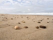Oberteile und Felsen auf dem Strand bei Ebbe stockbild