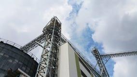 Obertransportmühle und blauer Himmel Stockfoto