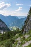 Obertraun de sortie gigantesque de caverne - vue de vallée photos libres de droits