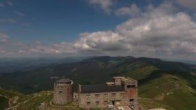 Obervatório abandonado velho na montagem Pip Ivan em montanhas Carpathian, Ucrânia video estoque