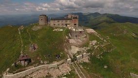 Obervatório abandonado velho na montagem Pip Ivan em montanhas Carpathian, Ucrânia filme