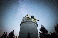 Obervatório astronômico sob as estrelas do céu noturno vignette imagens de stock royalty free