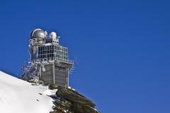 Obervatório na parte superior da montanha da neve imagens de stock royalty free