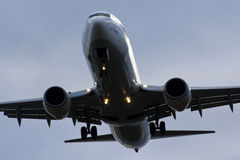 Obetitlad Boeing 737 landning Royaltyfria Bilder