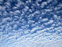 Obfite chmury w niebie fotografia stock
