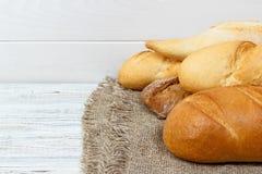 Obfitość chleba tło Piekarni i sklepu spożywczego pojęcie Świeży, zdrowy żyto, biali bochenki, rozpryskana mąka na parciaku i wie Obrazy Royalty Free