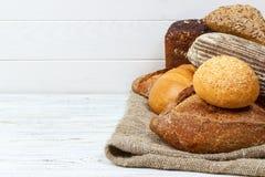 Obfitość chleba tło Piekarni i sklepu spożywczego pojęcie Świeży, zdrowy żyto, biali bochenki, rozpryskana mąka na parciaku i wie Zdjęcie Royalty Free