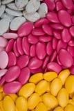 Obfitość cukierków dragees, kolorowa czekolada na tle Obrazy Stock