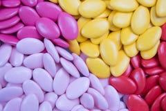 Obfitość cukierków dragees, kolorowa czekolada na tle Zdjęcia Stock