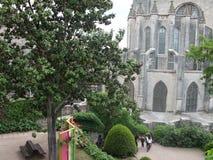 Obfitolistni ogródy otacza katedrę Girona obrazy stock
