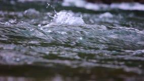 Obfitujący halną zatoczkę od Pyrenees halni w Hiszpania, zwolnione tempo materiał filmowy zbiory