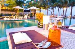 obiadowego pobliski basenu romantyczny setu stół romantyczny Zdjęcie Stock
