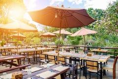 Obiadowego stołu parasol outdoors zdjęcie stock