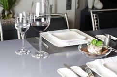 Obiadowy stół przygotowywający dla gościa restauracji Obrazy Stock