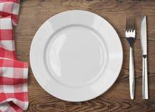 Obiadowy stół z talerzem, rozwidleniem i nożem łomotania, Zdjęcia Stock