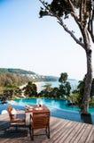 Obiadowy stół basenem z widok na ocean w Phuket, Tajlandia Fotografia Stock