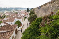 Obidos和城堡墙壁的好的看法 库存图片