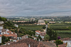 从Obidos墙壁中世纪葡萄牙城市的看法:Núcleo谬斯 免版税库存照片