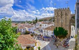 obidos葡萄牙 镇的都市风景有中世纪房子的,墙壁和Albarra耸立 免版税库存照片