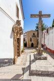 obidos Португалия Церковь Misericordia с средневековой синагогой Sephardic в предпосылке Стоковая Фотография RF