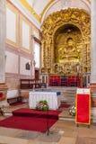Obidos, Portogallo La rappresentazione barrocco dell'altare della chiesa di Pedro del sao ha dorato la decorazione di intaglio de Fotografia Stock