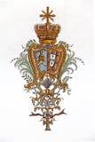 Obidos, Portugal Fresco barroco del escudo de armas real portugués con el emblema del Vaticano en el sao Pedro Church Imagenes de archivo