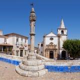 Obidos, Portugal Mittelalterlicher Stadtpillory und -Santa Maria Church gesehen von Direita-Straße Lizenzfreies Stockbild