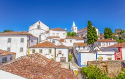 Obidos, Portugal: Paisaje urbano de la ciudad con las casas medievales foto de archivo
