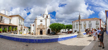 Obidos, Portugal Santa Maria Church et pilori de ville vu de la rue de Direita Photo stock