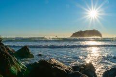 Obiektywu raca, stunning nad skalistą nabrzeżną krawędzią zdjęcia stock