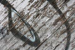 Obieranie graffiti na drewnianej ścianie zdjęcie royalty free