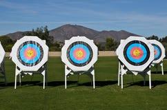 Obiettivi di pratica al campo di tiro con l'arco Immagine Stock