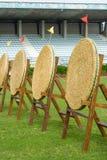 Obiettivi vuoti della paglia di tiro con l'arco sul campo verde Immagini Stock Libere da Diritti