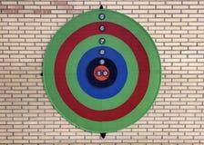 Obiettivo colorato su un muro di mattoni immagine stock