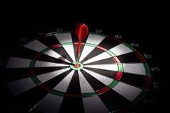 Obiettivo con la freccia nel centro su un fondo nero immagine stock libera da diritti