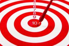 Obiettivo del dardo di rosso di numero 10 con le frecce rosse fotografia stock