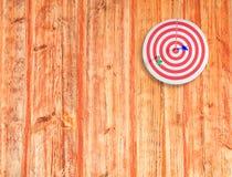 Obiettivo del dardo sul legno di colore fotografia stock