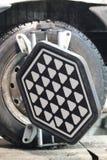 Obiettivo dell'attrezzatura di allineamento della ruota su una ruota del ` s dell'automobile Immagine Stock